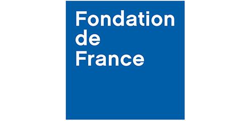 """Sur fond bleu """"fondation de france"""" est écrit en blanc"""