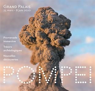 Affiche de l'exposition Pompéi au Grand Palais. Sur fond d'un ciel nuageux aux couleurs violettes et bleus. Au centre de l'image, un nuage de fumée monte vers le ciel