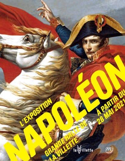 Affiche de l'exposition Napoléon sur laquelle est représenté Napoléon a cheval avec une attitude de conquérant.