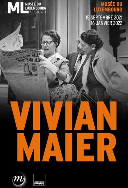 Affiche de l'exposition Vivian Maier, en fond une photo de l'artiste en noir et blanc de deux femmes de face lisant un journal. En lettre capital orange est apposée le titre Vivian Maier et les informations relatives à l'exposition